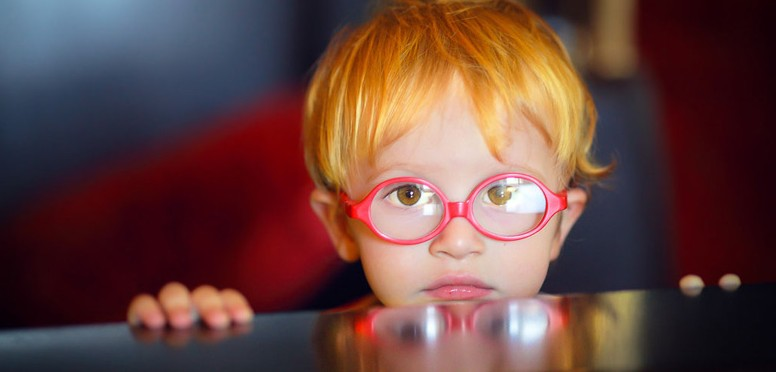 jongetje rode bril